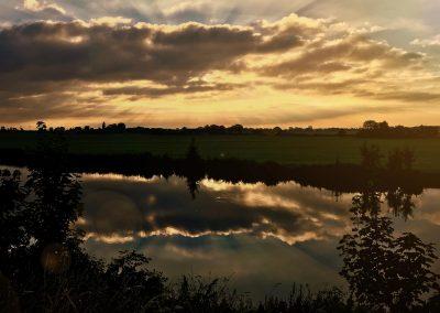 Muiden is veel meer dan het Muiderslot. Een schitterend gezicht over de kanalen en weilanden achter het Muiderslot.