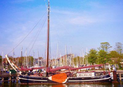 Orion afgemeerd aan Het Houten Hoofd in Hoorn.